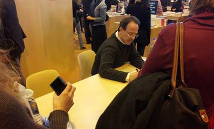 PHOTO-5 - Paris Book Fair  signing 23.03.13 - Marc Levy